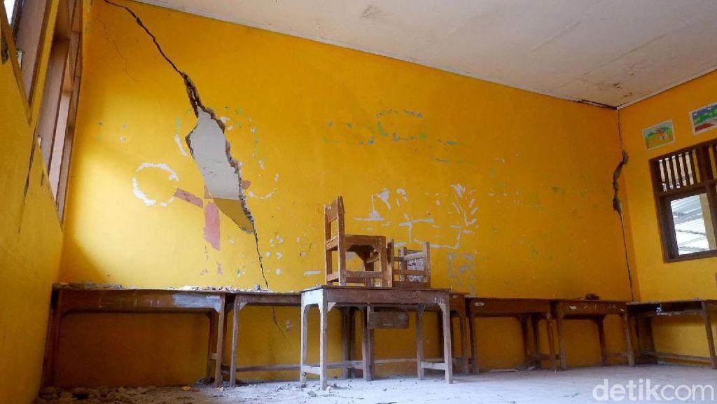 Miris! Dinding Sekolah di Banjarnegara Ini Retak hingga Berlubang