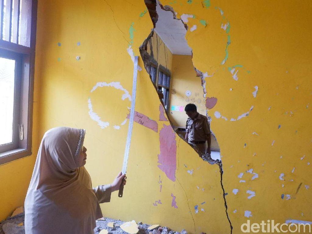 Ruang Kelas SD di Banjarnegara Retak dan Berlubang Akibat Tanah Gerak