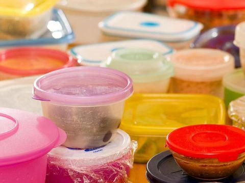 5 Tips Bersihkan Bekas Noda Membandel di Piring & Kotak Makan