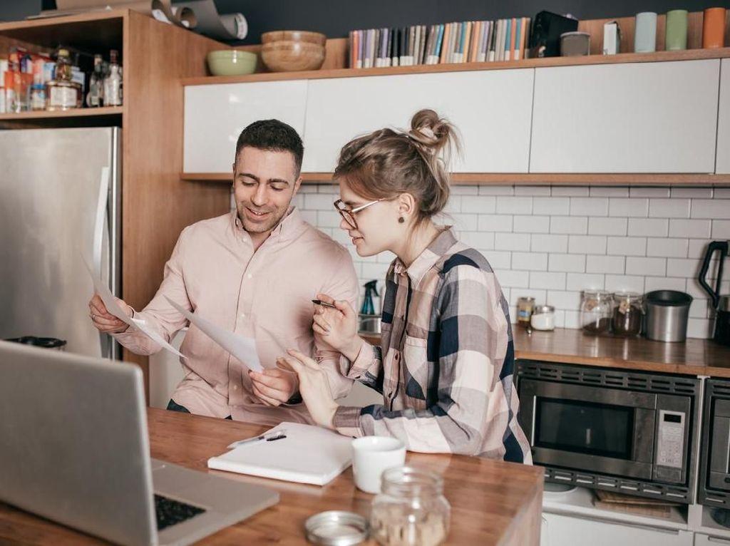 Siapa Baiknya yang Handle Keuangan Keluarga?