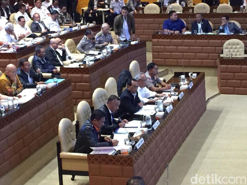 Basuki dan Budi Karya Rapat di DPR Bahas Kesiapan Libur Natal