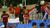 Lainnya terlihat sibuk mempersiapkan atribut untuk memberi semangat kepada skuad Timnas Indonesia U-22.