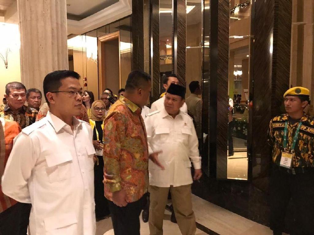 Pakai Kemeja Putih 4 Kantong, Prabowo Hadiri Pembukaan Munas Golkar