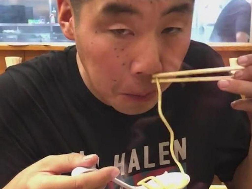 Bikin Heran, Pria Ini Makan Ramen Panas Lewat Hidungnya!