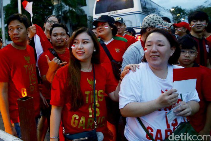 Begini aksi kompak para suporter Timnas Indonesia U-22 saat berkumpul di Binan Stadium, Filipina.