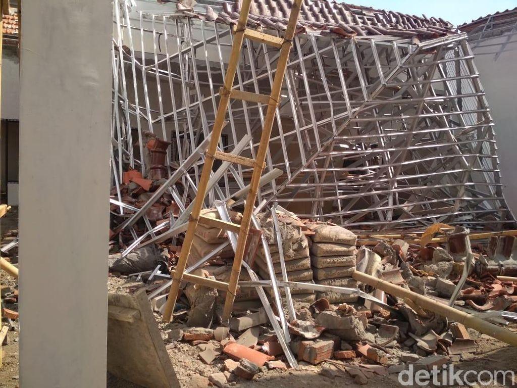 Korban Ambruknya Atap Kantor Kecamatan di Jember Alami Luka pada Paha
