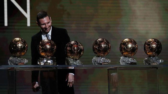 Lionel Messi kembali meraih penghargaan bergengsi Ballon dOr 2019. Bola Emas keenam didapat Messi setelah mengalahkan Virgil van Dijk dan Cristiano Ronaldo.