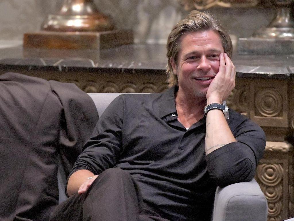 Kocak! Brad Pitt Ngaku Pantatnya Pernah di Makeup