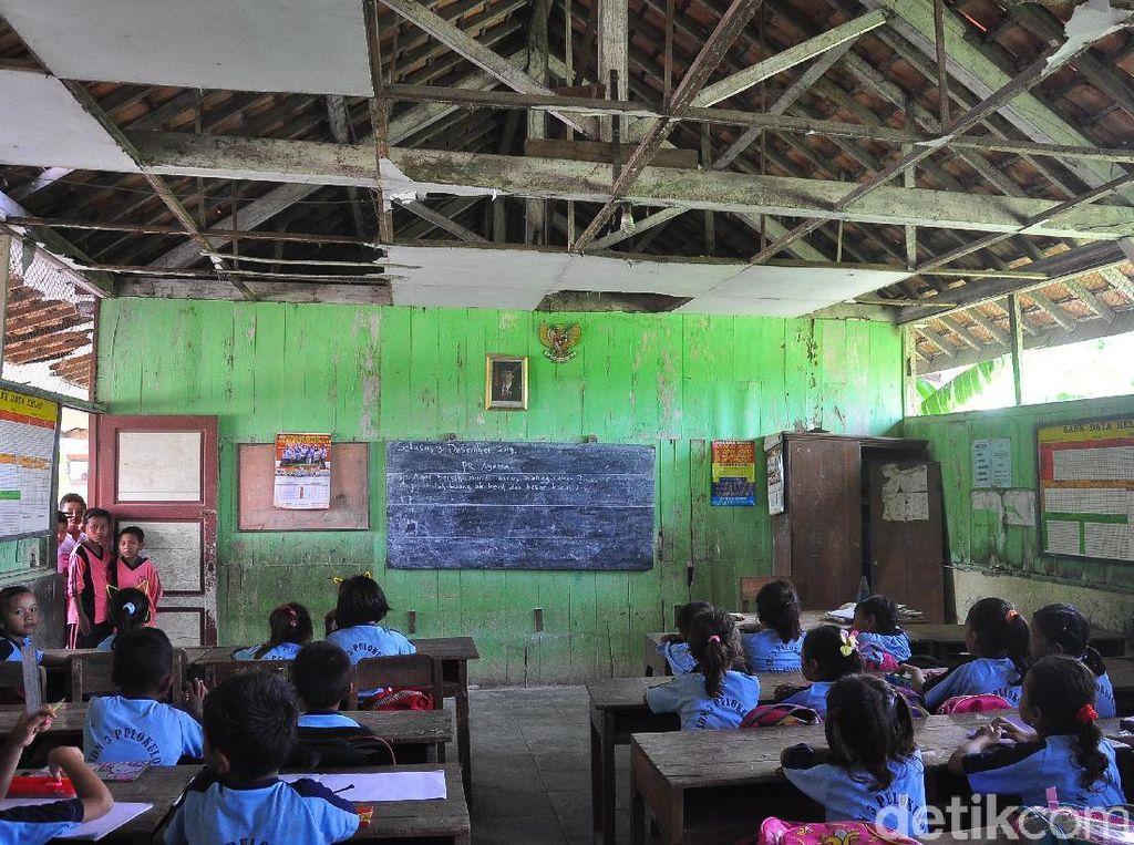 Miris! Siswa SD Negeri Grobogan Belajar di Ruang Kelas yang Nyaris Ambruk