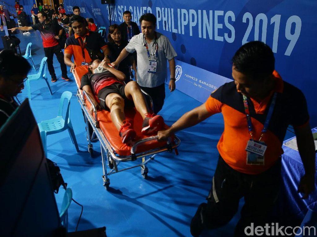 Momen Gregoria Cedera hingga Ditandu Keluar Lapangan