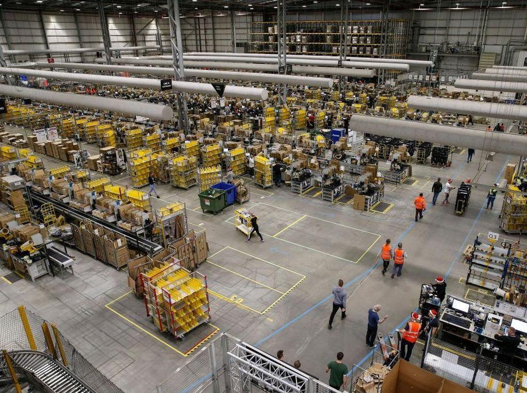 Karyawan Amazon Dipasangi Gelang untuk Jaga Jarak