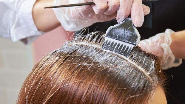 ilustrasi ibu menyusui mengecat rambut