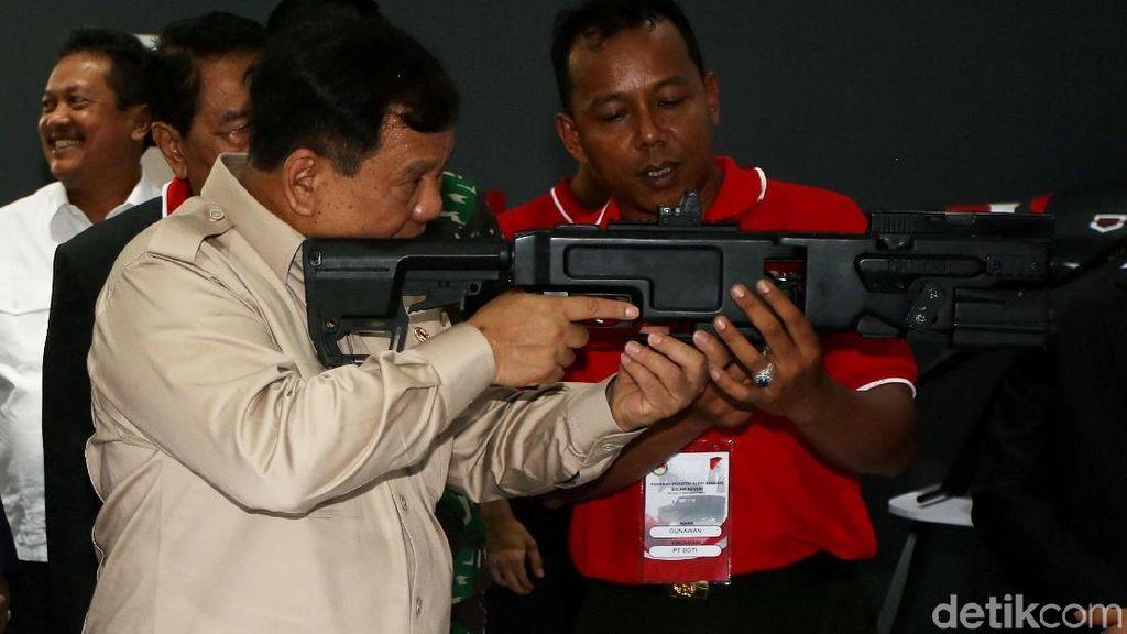 Gaya Prabowo Jajal Senjata di Pameran Alutsista Kemhan