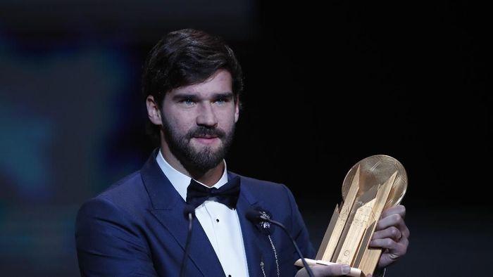 Alisson Becker dinobatkan jadi kiper terbaik dunia tahun ini (AP Photo/Francois Mori)