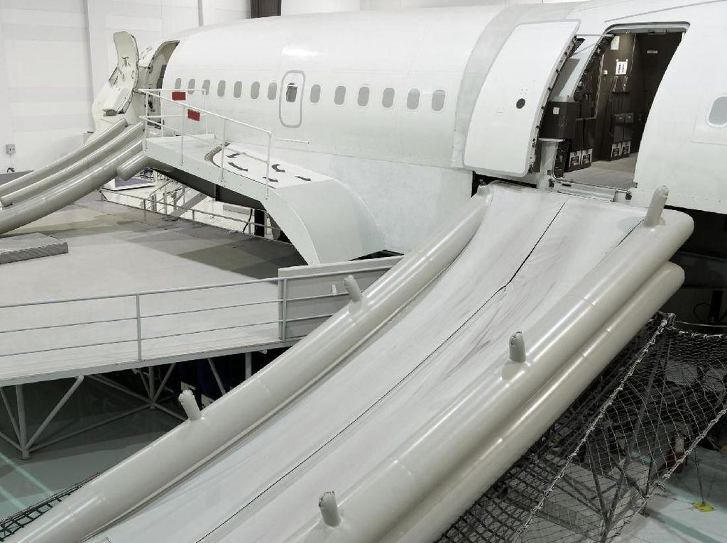 Alat Evakuasi Pesawat Lepas di Udara, Jatuh ke Halaman Rumah