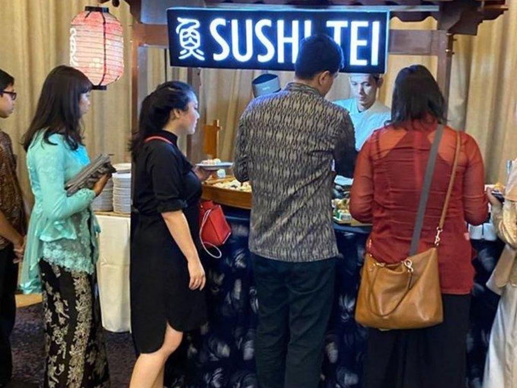 Lagi! Netizen Heboh Gubukan Kondangan Berupa Sushi Tei