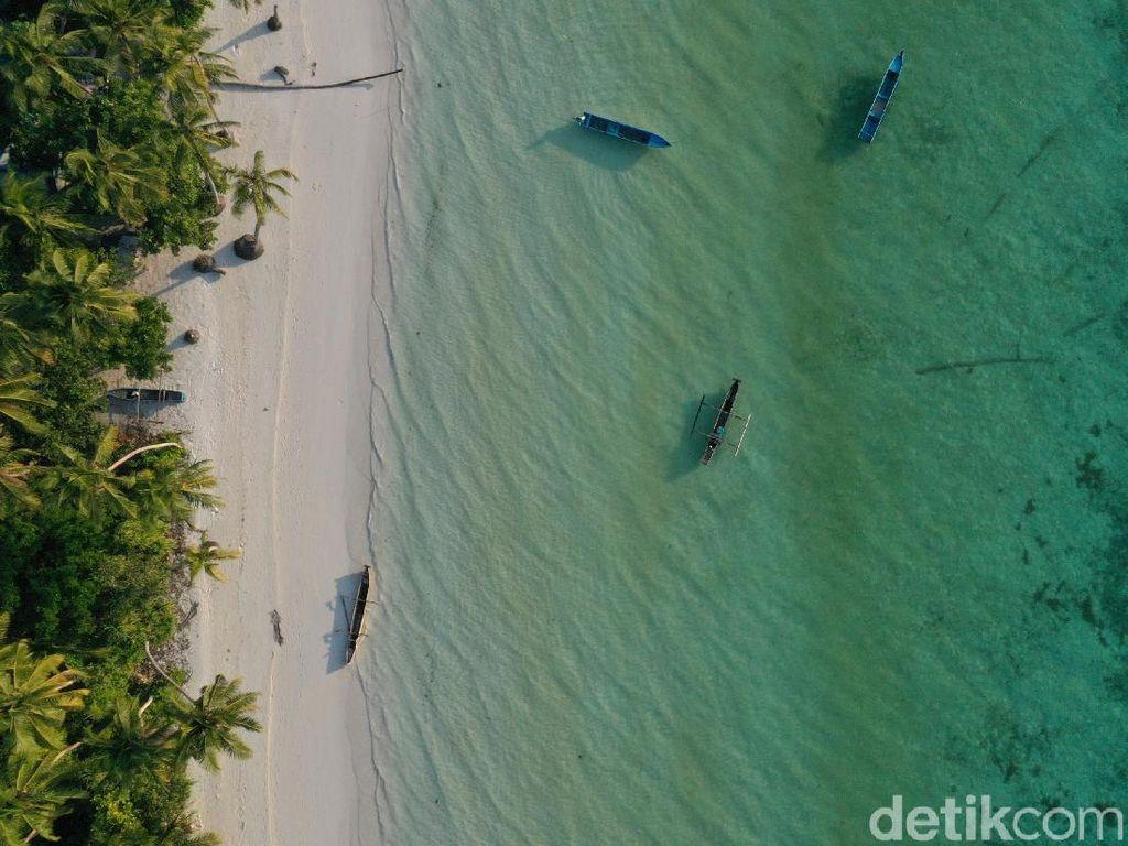 Foto Drone Pantai Ngurbloat yang Airnya Jernih Banget