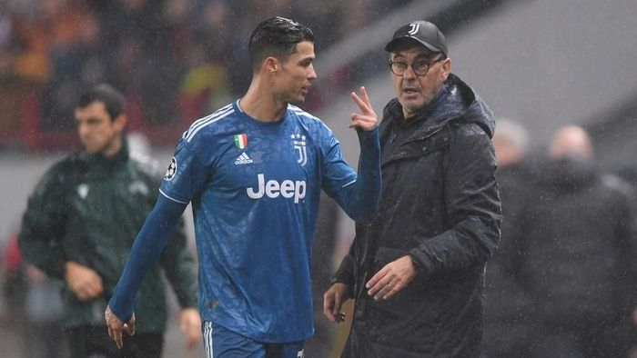 Juventus Portuguese forward Cristiano Ronaldo and Juventus Italian coach Maurizio Sarri during the UEFA Champions League group D football match between FC Lokomotiv Moscow and Juventus at Moscows RZD Arena stadium on November 6, 2019. (Photo by Kirill KUDRYAVTSEV / AFP)