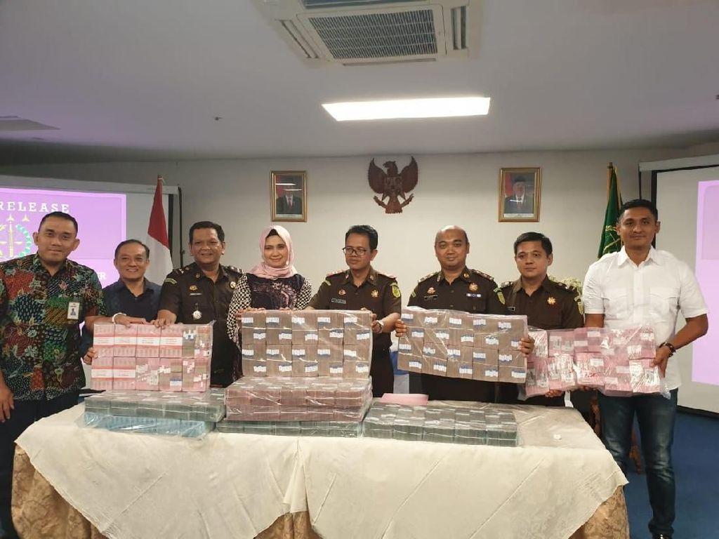 Koruptor Susuk KB Balikin Uang Nyaris Setinggi Patung Jenderal Sudirman