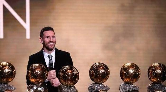 Lionel Messi bersama enam trofi Ballon dOr yang dimilikinya. Foto: FRANCK FIFE/AFP