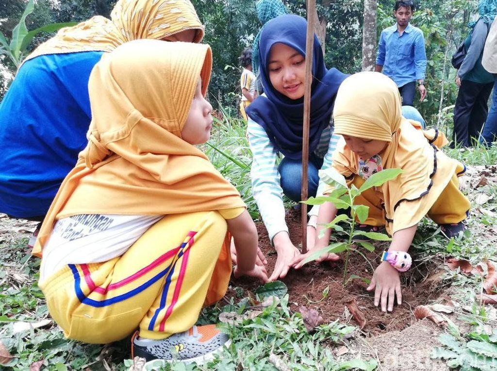 Puluhan Siswa Difabel Diajak Tanam Pohon di Lereng Gunung Arjuno