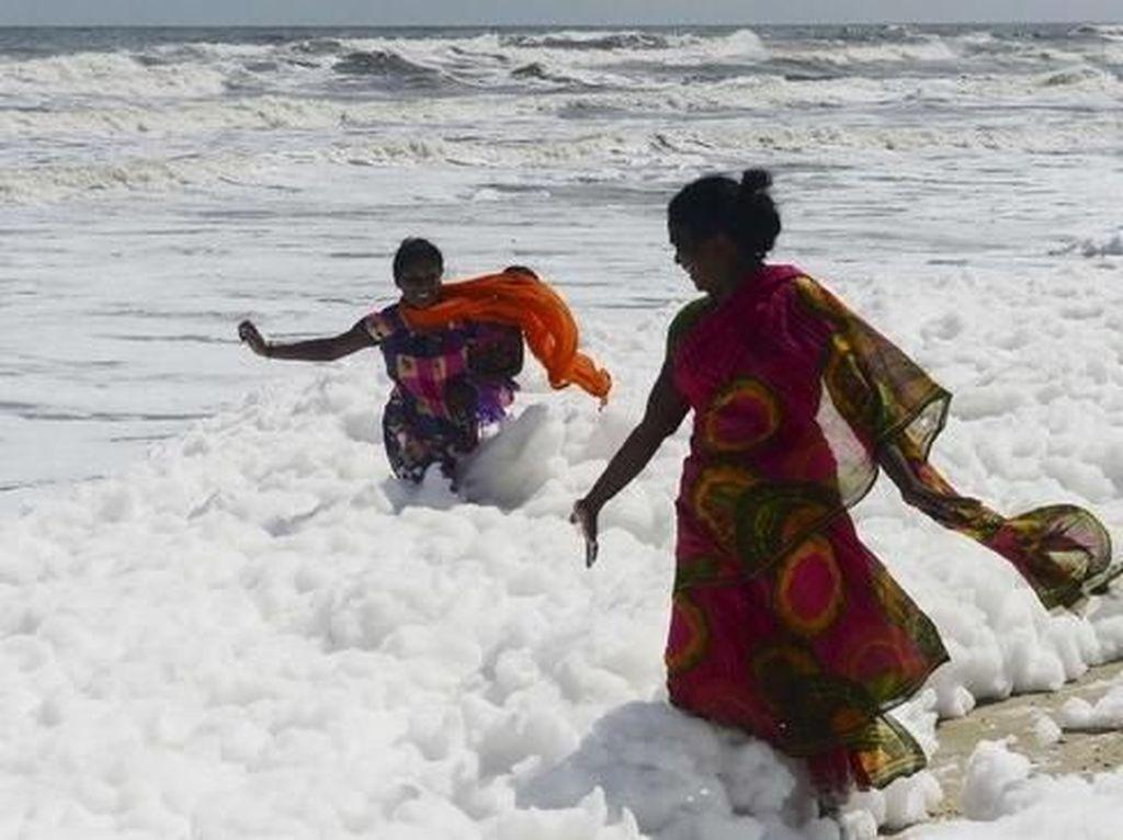 Foto Pantai Berselimut Busa, Banyak yang Main padahal Bahaya