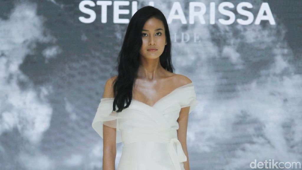 Foto: Gaun Pengantin Serba Putih Karya Stella Rissa untuk Tren 2020