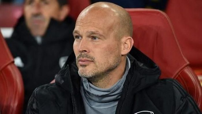 Arsenal first team assistant coach, Swedish former player Freddie Ljungberg look son during the UEFA Europa League Group F football match between Arsenal and Standard Liege at the Arsenal Stadium in London on October 3, 2019. (Photo by Glyn KIRK / AFP)