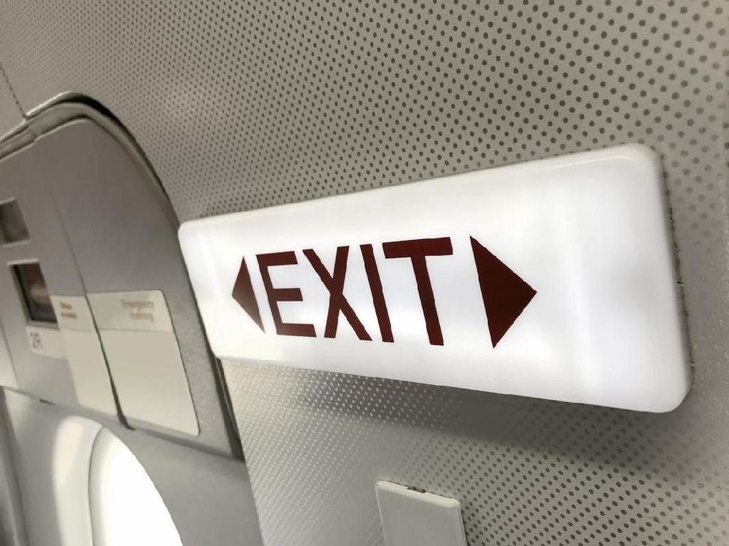 Penumpang Panik Mau Buka Pintu Pesawat yang Sedang Terbang