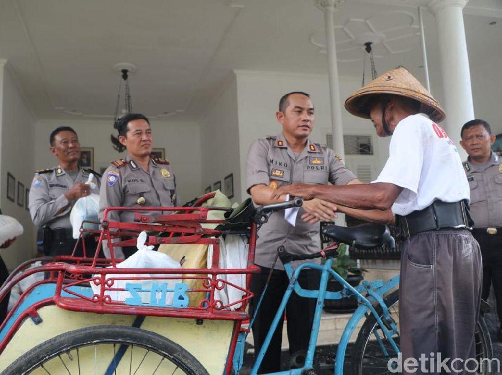 Polisi Kota Kediri Jaga Kamtibmas dengan Makan Bareng Puluhan Tukang Becak