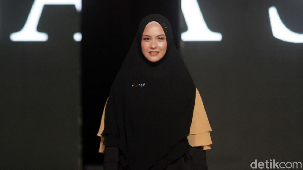 Gaya Liburan Artis Indonesia Pakai Baju Syari, Revalina sampai Melly Goeslaw