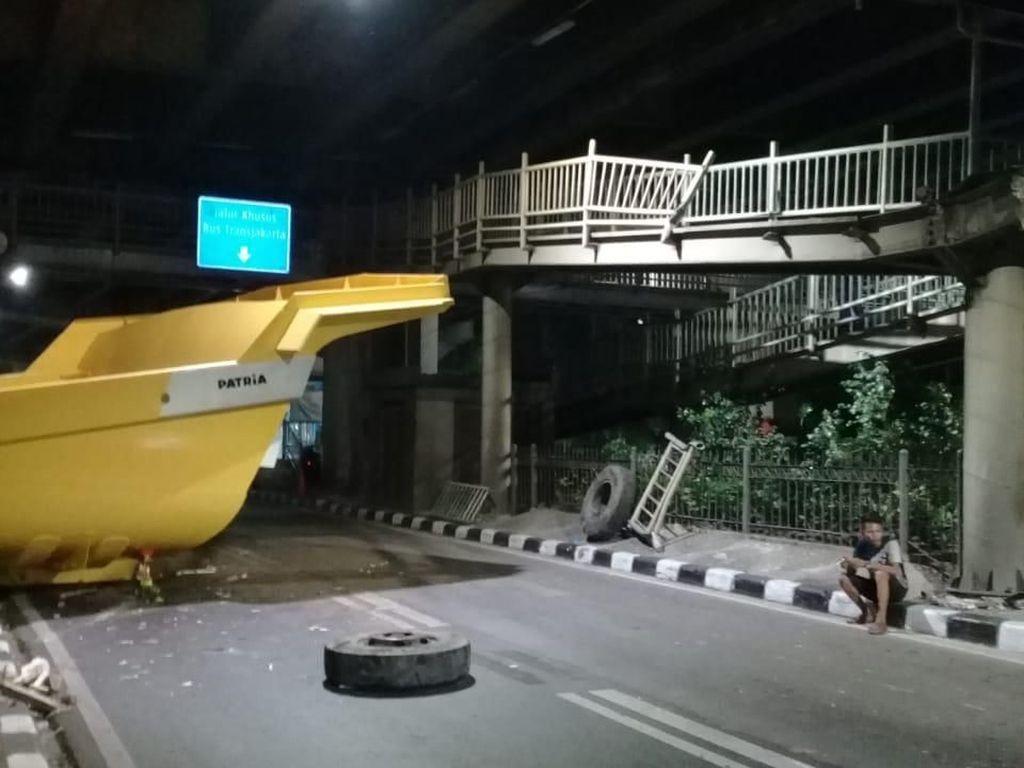 Tabrak JPO, Bak Truk Tutup 1 Lajur Jalan Ahmad Yani Jaktim