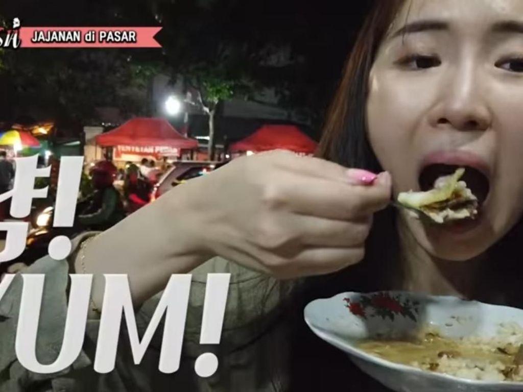 Cicip Gultik Pertama Kali, Youtuber Korea Ini Nambah 3 Piring!