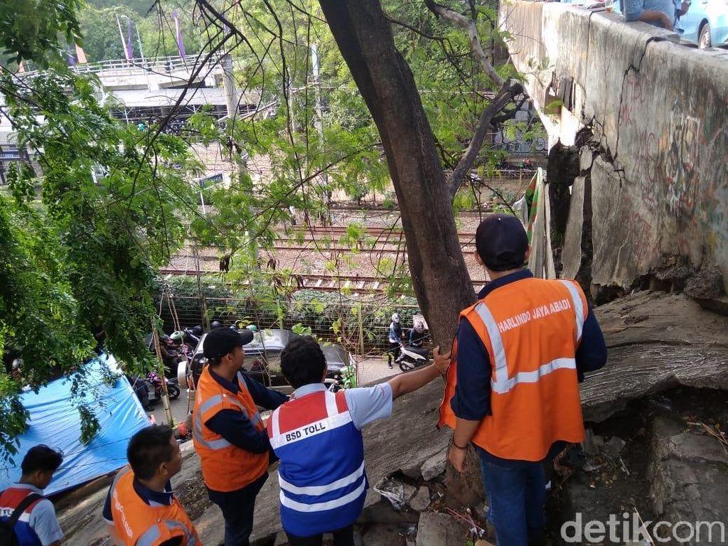 Petugas Cek Fondasi Jembatan Depan Stasiun Rawa Buntu Tangsel yang Retak