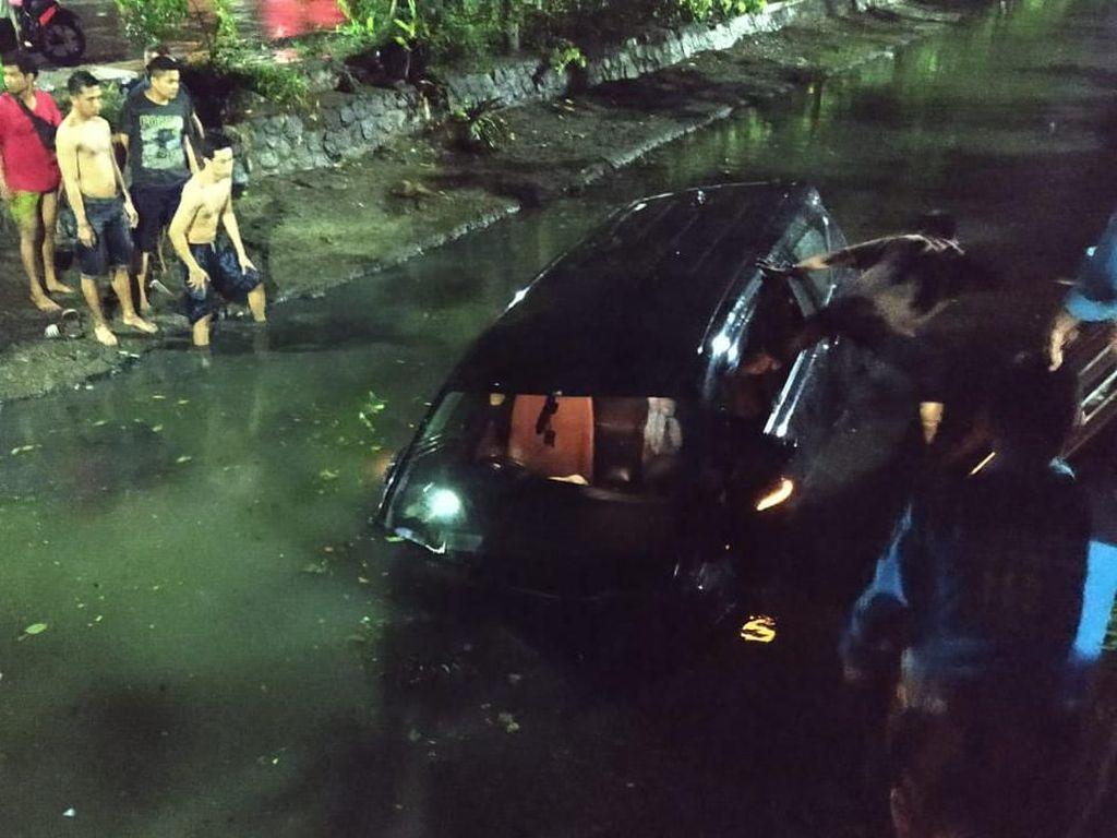 Pengemudi Mabuk, Sebuah Mobil Nyemplung Sungai di Surabaya