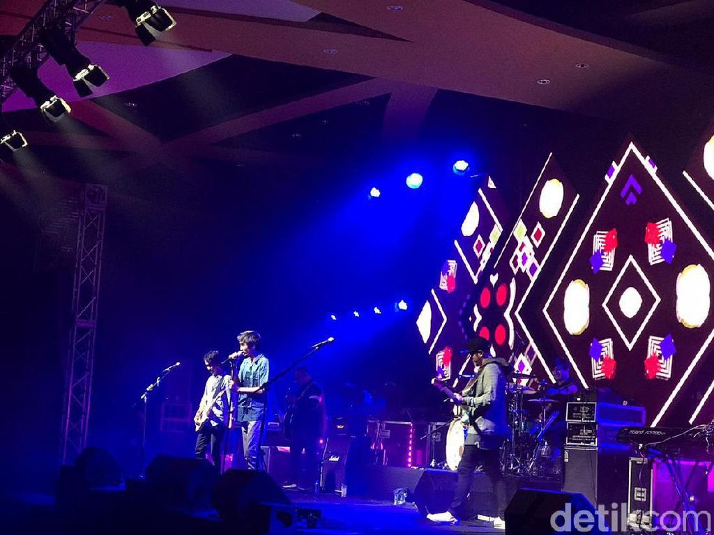 Percayakan Padaku Buka Konser A Night With Sheila On 7