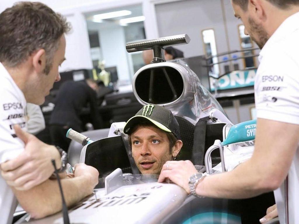Jajal Mobil Tim Mercedes, Rossi Segera Membalap dengan Hamilton?