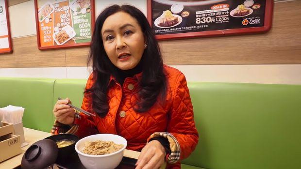 Atiek Nur Wahyuni menikmati makan siang