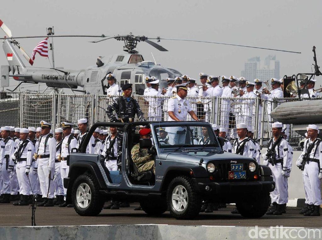 Wakasal Pimpin Upacara Hari Armada di Depan Kapal Perang
