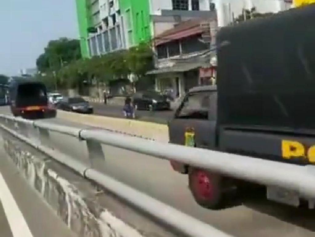 Polisi Sebut Truk Brimob yang Lawan Arah di Busway Hendak ke KPK