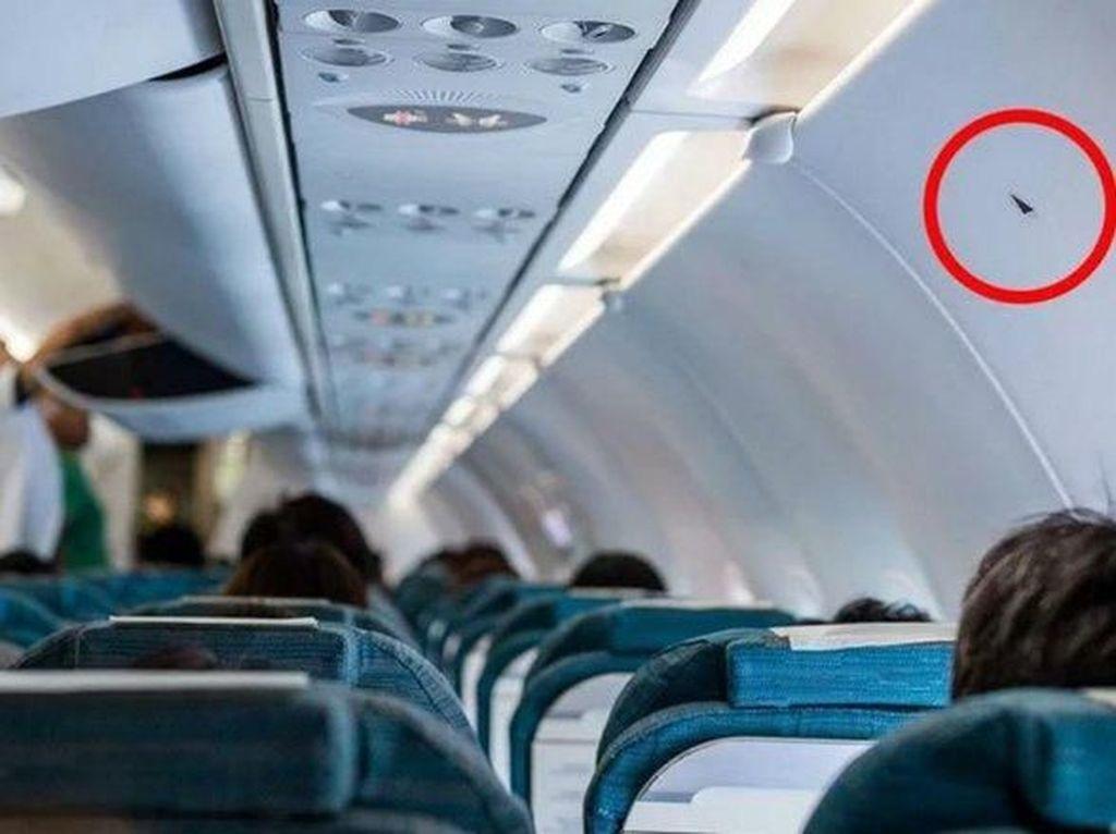 Apa Arti Gambar Segitiga di Kabin Pesawat?