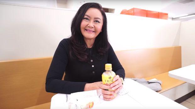 Atiek Nur Wahyuni sedang makan siang