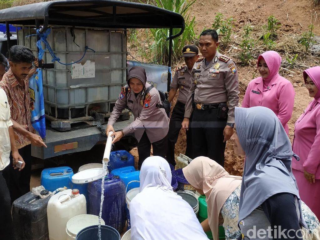 Salurkan Air ke Daerah Kekeringan, Ini yang Dilakukan Polisi di Pacitan