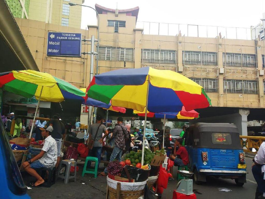 Satpol PP DKI: Dagangan PKL Tanah Abang Disimpan di Dalam Pos Damkar
