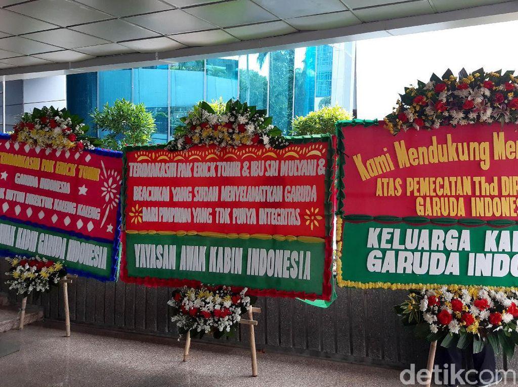 Banjir Karangan Bunga Dukung Erick Thohir Pecat Dirut Garuda