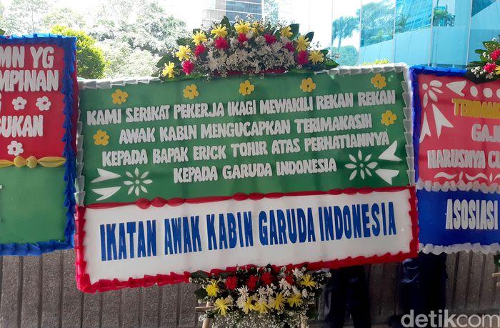 Karangan bunga itu berasal dari beberapa pihak yang di antaranya ialah Yayasan Awak Kabin Indonesia dan Ikatan Awak Kabin Garuda Indonesia.