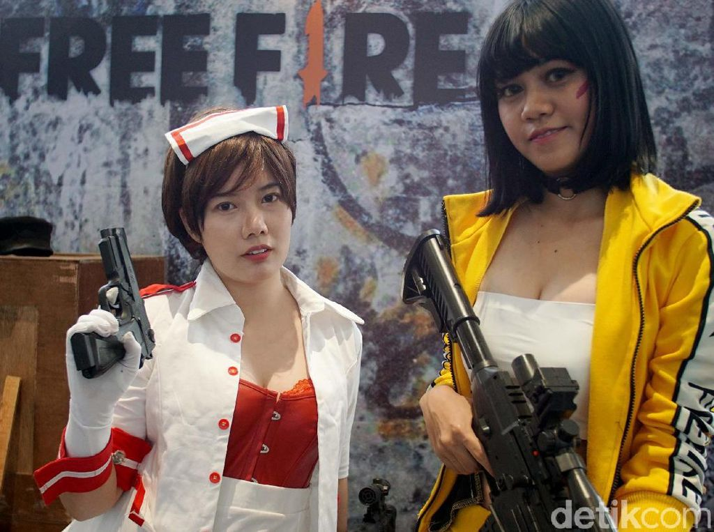 Cosplayer Seksi Meriahkan Final IndiHome eSports League