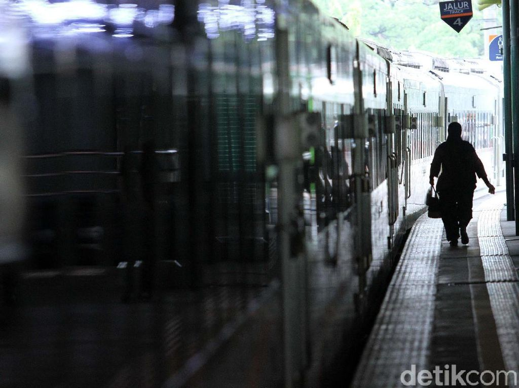 Aksi Heroik Ayah Lindungi Putrinya Saat Jatuh di Rel Kereta