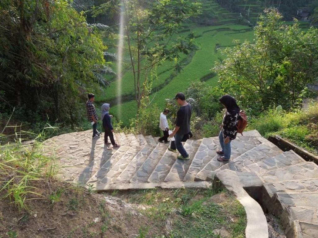 Telusuri Ratusan Anak Tangga Menuju Kampung Naga