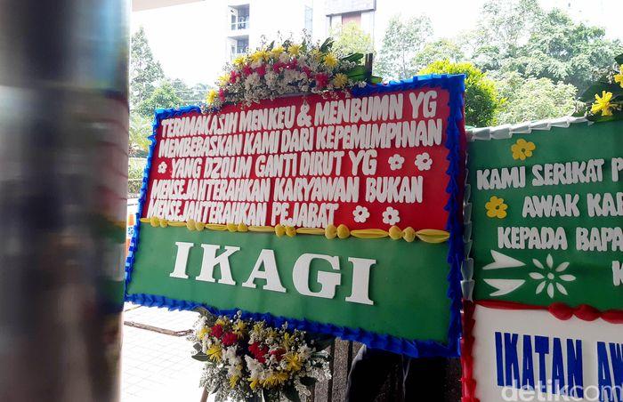 Tulisan karangan bunganya pun unik-unik. Sebut saja karangan bunga Yayasan Awak Kabin Indonesia yang tertulis Terimakasih Pak Erick Thohir & Ibu Sri Mulyani & Bea Cukai yang menyelamatkan Garuda dari Pimpinan yang Tidak Punya Integritas.